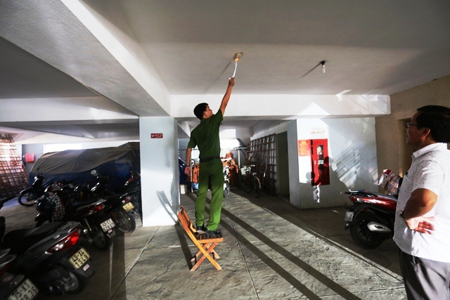 kiểm tra thử ngẫu nhiên tại khu vực bãi giữ xe tầng 1Tòa nhà cao tầng 295 Nguyễn Tất Thành thì không hoạt động. Ảnh: PCCC ĐN.