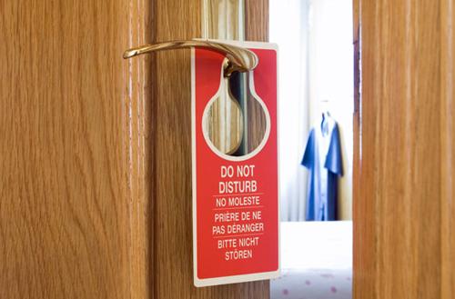 Đừng quên treo biển báo Không làm phiền Nên nhớ, phòng khách sạn sẽ chưa phải là không gian riêng tư của bạn hoàn toàn cho đến khi bạn đưa ra biển báo Không làm phiền. Vì vậy, nếu bạn muốn ở một mình, hãy chắc chắn mọi người đều biết điều đó.