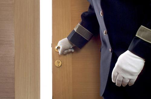 Không để cửa mở Để đảm bảo an toàn tuyệt đối, bạn nên biết được ai đang ở trước cửa phòng mình, kể cả khi bạn đang chờ phục vụ phòng. Tương tự, đừng rời khỏi phòng khi mọi thứ không ở trạng thái trật tự nhất. Lý do là khi trở lại, bạn có thể biết chắc chắn ai đó đã lục soát phòng mình hay không.