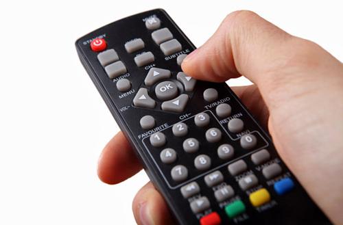 Không sử dụng điều khiển từ xa của TV Các nghiên cứu chỉ ra rằng điều khiển từ xa của TV là một trong những tội phạm nguy hiểm nhất với bề mặt chứa nhiều vi khuẩn gây bệnh. Do đó, bạn nên mang theo một số loại khăn lau diệt khuẩn, tải ứng dụng về điện thoại của mình để điều khiển TV hoặc tránh dùng TV tại khách sạn.