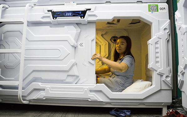 Buồng ngủ của Xiangshui Space được trang bị đầy đủ chăn, đệm, nút bịt tai, đèn khử trùng tia cực tím.