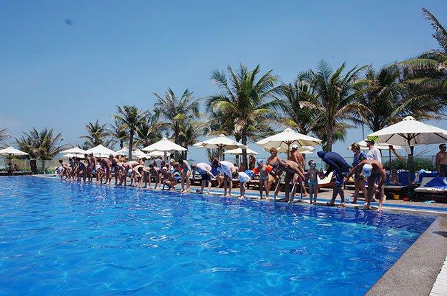 Khách du lịch đang chơi trò chơi tập thể tại một resort ven biển ở tỉnh Khánh Hòa- Ảnh: Đào Loan