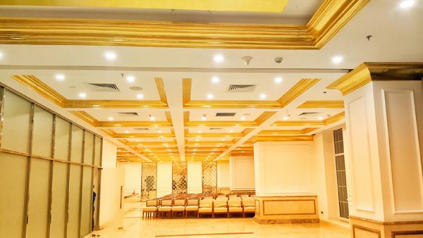 Cận cảnh nội thất gây choáng của khách sạn dát vàng cả bể bơi và toilet ở Đà Nẵng - 2
