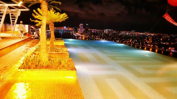 Cận cảnh nội thất gây choáng của khách sạn dát vàng cả bể bơi và toilet ở Đà Nẵng - 11