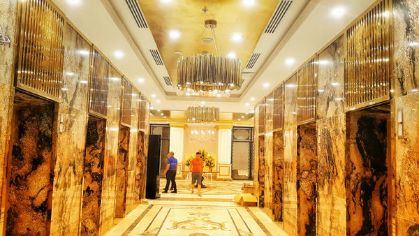 Cận cảnh nội thất gây choáng của khách sạn dát vàng cả bể bơi và toilet ở Đà Nẵng - 3
