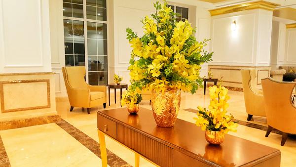 Cận cảnh nội thất gây choáng của khách sạn dát vàng cả bể bơi và toilet ở Đà Nẵng - 5