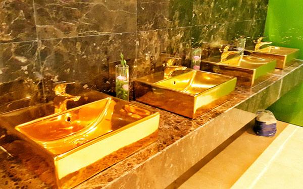 Cận cảnh nội thất gây choáng của khách sạn dát vàng cả bể bơi và toilet ở Đà Nẵng - 6