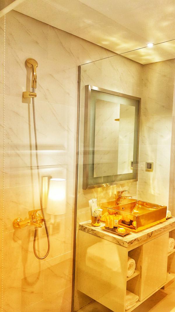 Cận cảnh nội thất gây choáng của khách sạn dát vàng cả bể bơi và toilet ở Đà Nẵng - 7