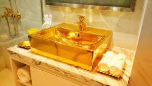 khach-san-dat-vang-tu-ho-boi-den-tan-toilet-o-da-nang-8-1507547512-width600height338