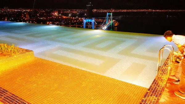 Cận cảnh nội thất gây choáng của khách sạn dát vàng cả bể bơi và toilet ở Đà Nẵng - 10
