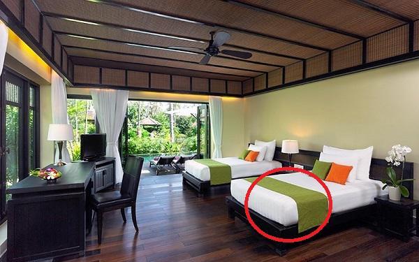 Bí mật không ngờ sau tấm khăn trải ngang giường tưởng chỉ để trang trí trong khách sạn - 1