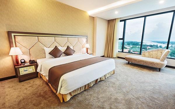 Bí mật không ngờ sau tấm khăn trải ngang giường tưởng chỉ để trang trí trong khách sạn - 2