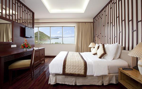 Bí mật không ngờ sau tấm khăn trải ngang giường tưởng chỉ để trang trí trong khách sạn - 4