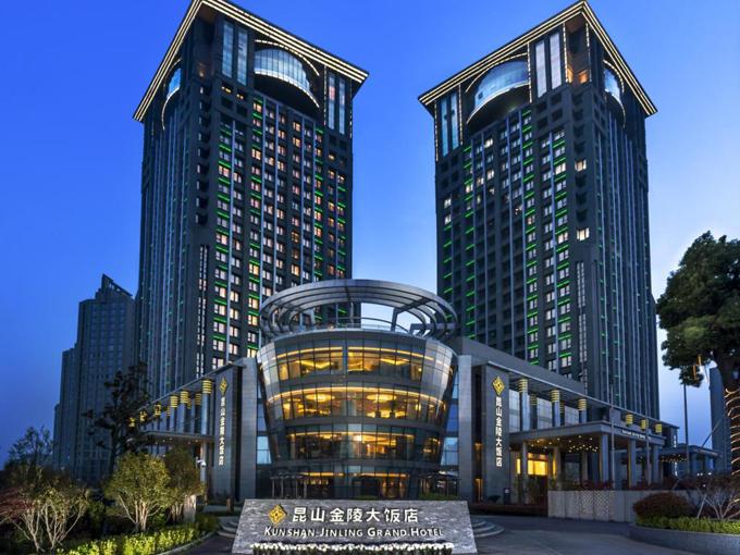Khách sạn Kunshan Jinling Grand Hotel được lựa chọn làm nơi đóng quân cho các đội tuyển thuộc bảng D giải bóng đá U23 châu Á, bao gồm Hàn Quốc, Syria, Australia và Việt Nam. Đây là một khách sạn 5 sao cao cấp, thuộc thành phố Côn Sơn, tỉnh Giang Tô (Trung Quốc), cách Thượng Hải hơn 50 km, tương đương một giờ xe chạy.
