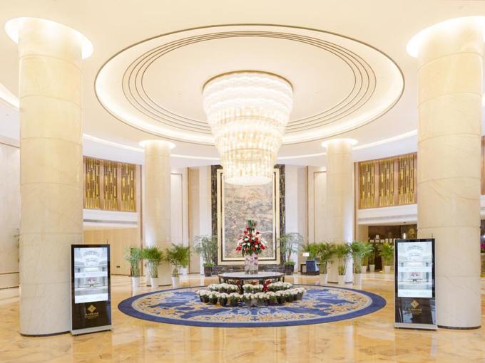 Khách sạn nằm trong khu vực trung tâm thành phố Côn Sơn, với nhiều tiện nghi hiện đại. Do đó, giá phòng ở mức khá cao, khoảng 2 triệu đồng một đêm, tương đương với giá ởThượng Hải