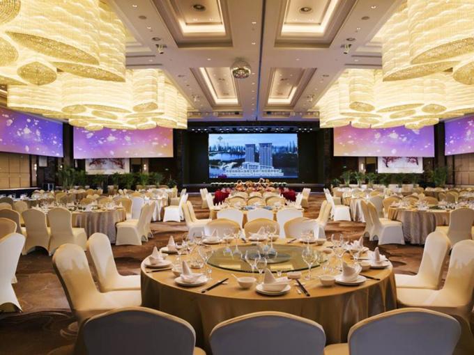 Khách sạn được khánh thành năm 2014 và có 368 phòng tiện nghi. Bên cạnh, khách sạn còn cócác hội trường lớn, sức chứa hàng trăm người, để tổ chức sự kiện, đám cưới.