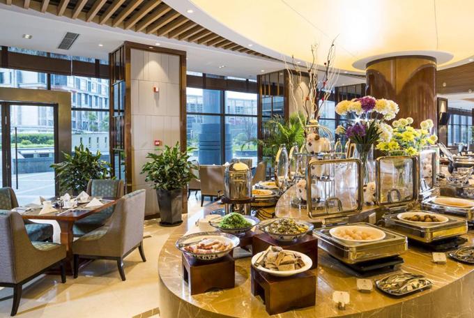 Du khách tới đây có thể thưởng thức nhiều món ăn từ các nền ẩm thực khác nhau, trong đó có đồ Trung Hoa và đồ châu Âu. Dù vẫn mở phòng mục đích thương mại cho khách thường nhưng ban tổ chức cùng khách sạn cũng đã tổ chức đón tiếp chu đáo nơi ăn, chỗ nghỉ riêng cho các đoàn tham gia.