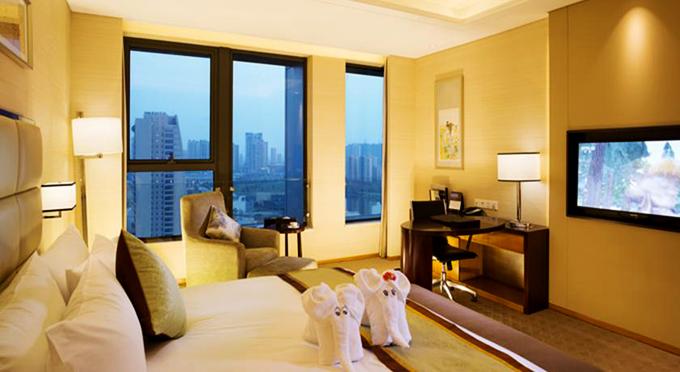 Khách sạn có 2 tháp, nhiều phòng có view đẹp xuống thành phố. Ngoài các khu nhà ở,Kunshan Jinling Grand Hotel còn có một bể bơi trong nhà, trung tâm thể hình phục vụ du khách đam mê thể thao.