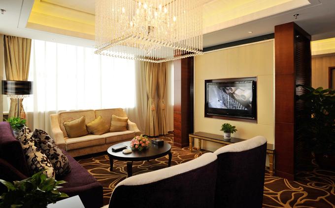 Nằm trong khu vực mới phát triển của thành phố Thường Châu, khách sạn sở hữu201 phòng sang trọng. Giá phòng ở mức trung bình, khoảng 60-90 USD một đêm (khoảng 1.400.000 đồng đến 2.000.000 đồng một đêm). Mỗi phòng đều được trang trí phong cách ấm cúng, trang nhã với phòng khách lớn.