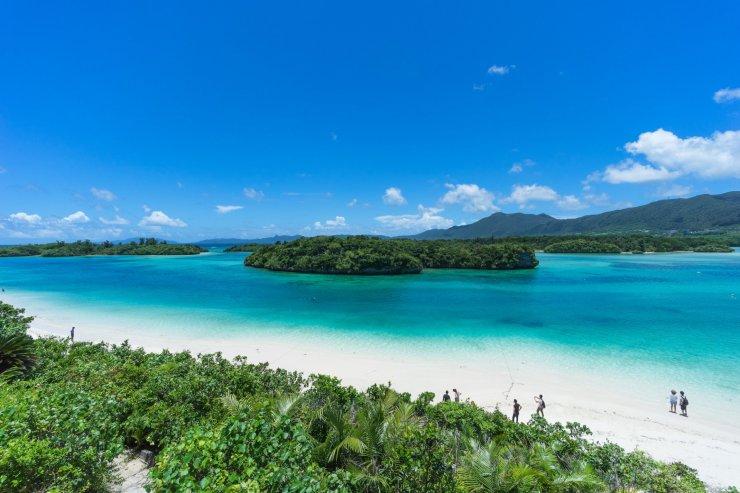 Ishigaki nổi tiếng với nhiều bãi biển cát trắng, những rặng san hô quý hiếm, những dãy núi và rừng đước tuyệt đẹp.