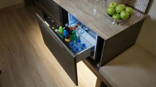 Nhiều khách thuê phòng hy vọng tủ lạnh trong phòng có đủ không gian để họ trữ đồ, mà không phải bày kín các món đồ để bán. Ảnh: Skift.