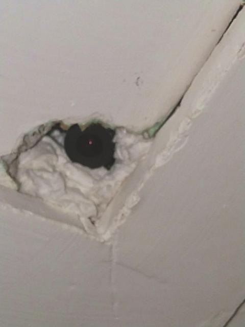 Chiếc máy quay được tìm thấy trên trần nhà khách sạn