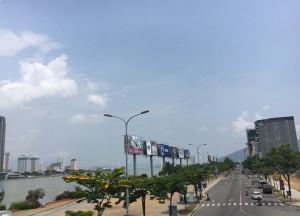 Khach-san-da-Nang-van-trong-phong-nha-dan-treo-bang-cho-thue-dip-le-thue-1525083257-width800height578