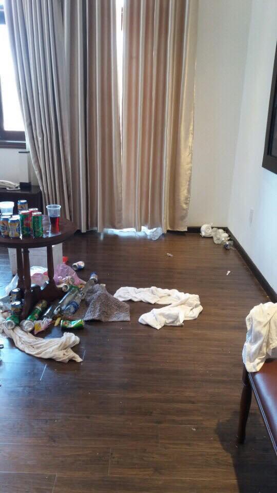 Rác, khăn tắm vất ngổn ngang dưới nền phòng.