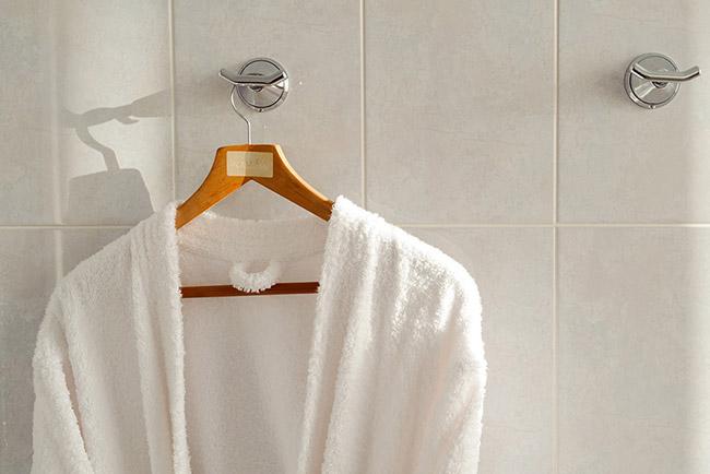 Đừng bao giờ lấy áo choàng tắm của khách sạn