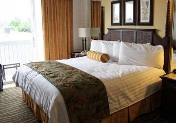 Tại sao khách sạn nào cũng phải trải một mảnh vải ngang giường