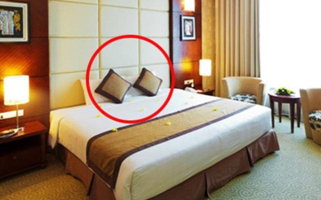 Bí mật về 4 chiếc gối dư thừa trên giường của khách sạn - Ảnh 3