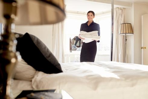 Vì sao bộ đồ trên giường của khách sạn có màu trắng?