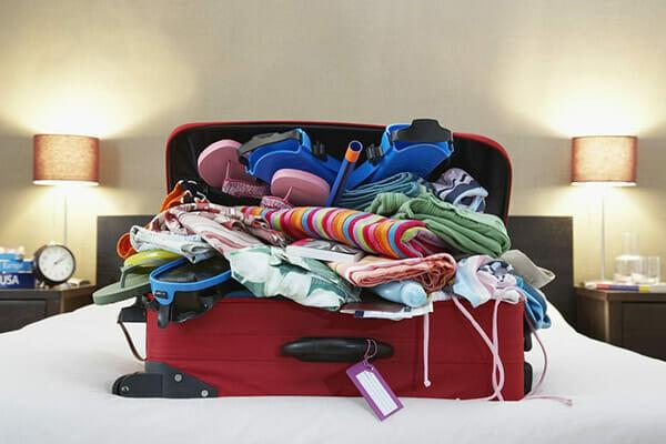 Khi ở khách sạn, không nên để giày ở dưới gầm giường hay cửa ra vào mà nên để ở vị trí này - Ảnh 1.