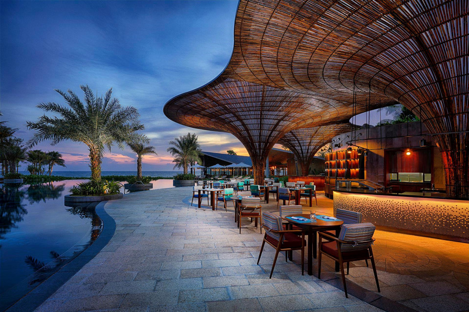 10. InterContinental Phu Quoc Long Beach Resort, Việt Nam: Khu nghỉ dưỡng mở cửa vào mùa hè năm ngoái tại hòn đảo Phú Quốc xinh đẹp, thuộc tỉnh Kiên Giang của Việt Nam, nơi được UNESCO cộng nhận là Khu dự trữ sinh quyển thế giới. Nơi đây có các biệt thự ven biển tiện nghi dành cho du khách yêu thích sự riêng tư. Ngoài ra, những ngọn đồi với rừng hoang sơ bao quanh các bãi biển biệt lập mang lại cho bạn các giác hòa mình vào thiên nhiên.