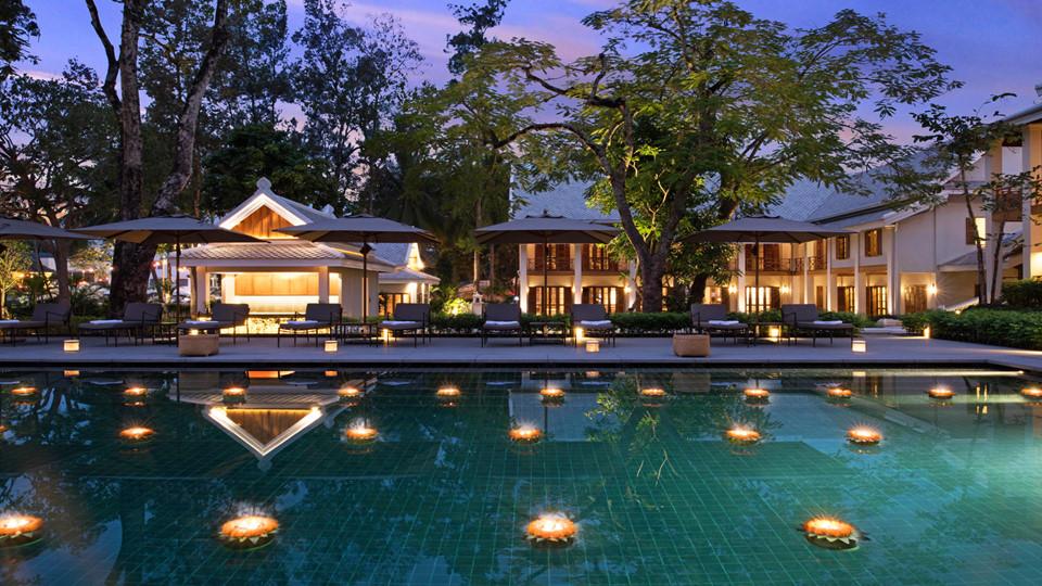 13. Avani Luang Prabang, Lào: Nằm tại Luang Prabang, một thị trấn xinh đẹp ở phía bắc Lào, Avani cung cấp 53 phòng nghỉ sang trọng nằm ngay trung tâm thị trấn, bên cạnh Cung điện hoàng gia, sát với dòng sông Mekong. Khách sạn mang kiến trúc Pháp cổ được thể hiện rõ nét qua các cửa bằng gỗ và ban công của phòng, nhìn ra hồ bơi riêng hoặc sân trong phòng của bạn.