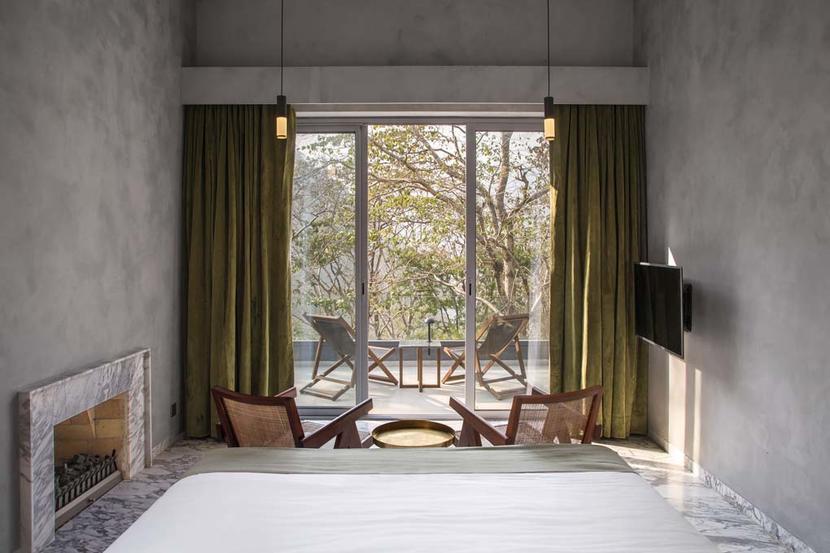 16. Roseate Ganges, Rishikesh, Ấn Độ: Khách sạn Roseate Ganges có một vị trí vô cùng độc đáo, nằm dưới chân dãy núi Hymalaya và sát bên bờ sông Hằng linh thiêng. Khách sạn có 16 khu nhà có ban công hướng ra sông, hoàn hảo cho việc tập yoga buổi sáng. Nghỉ tại đây, bạn có thể tham gia học các khóa thiền, đi bộ đến các địa điểm hành hương, hay tham quan các khu động vật hoang dã gần đó.