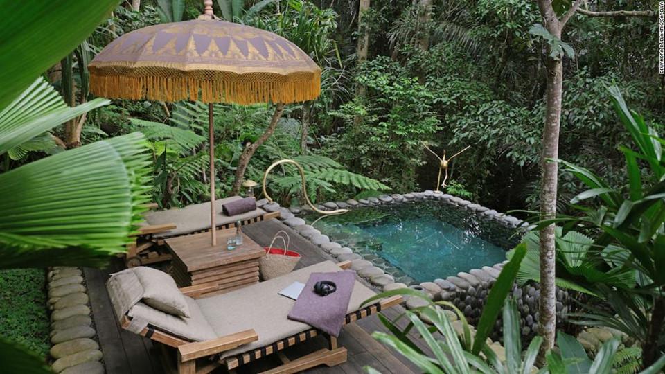 8. Capella Ubud, Bali, Indonesia: Nằm trong một khu rừng nhiệt đới được bao quanh bởi những cánh đồng lúa và dòng sông Wos, khách sạn nghỉ dưỡng Capella Ubud gồm có 22 lều nghỉ đặt giữa thiên nhiên hoang sơ. Tới đây bạn sẽ có cảm giác như một chuyến phiêu lưu hoang dã hấp dẫn, được sống và hòa mình vào thiên nhiên, cộng thêm các dịch vụ tiện ích đẳng cấp sẽ là chuyến đi không thể nào quên.