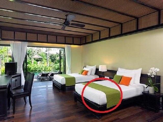 Cứ tưởng để chơi, hóa ra đây mới là tác dụng thật của khăn trải ngang giường khách sạn