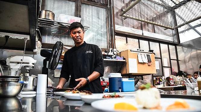 Đầu bếp Gong chia sẻ về sự nghiệp chế biến côn trùng của anh. Ảnh: CNA
