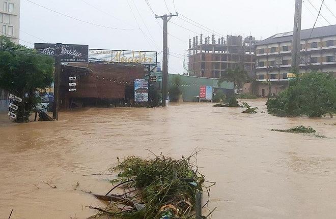 Khách sạn, resort Phú Quốc quá tải trong ngày mưa lớn - Hình 1