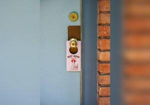 Hãy để thẻ 'Không làm phiền' bên ngoài để có không gian riêng tư tuyệt đối
