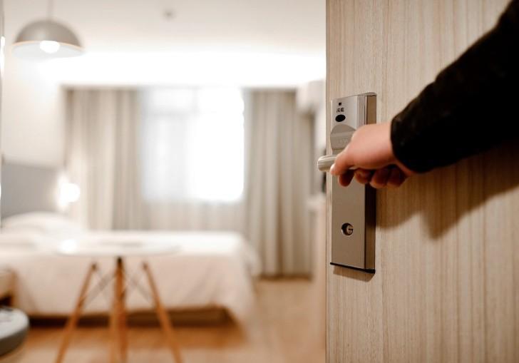 nhân viên khách sạn gõ cửa phòng 3 lần rồi sau đó mới mở cửa