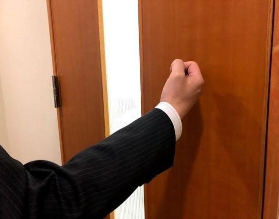 Khi nhận phòng khách sạn, không chỉ nhân viên mà du khách cũng nên gõ cửa phòng trước khi mở cửa
