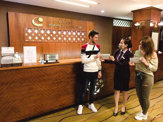 Nhiều khách sạn ở Huế đồng loạt phát khẩu trang, nước sát khuẩn cho du khách - Ảnh 1.