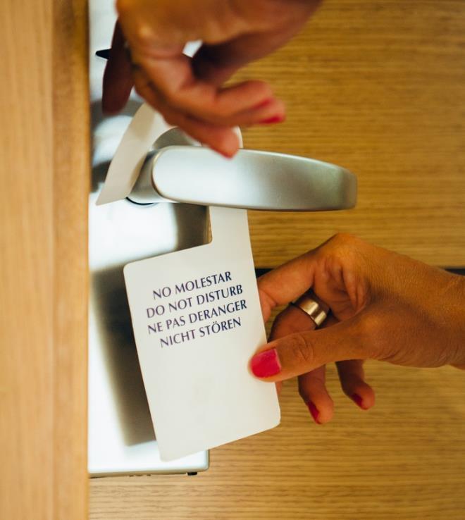 Sử dụng bản kí hiệu trên cửakhách sạn