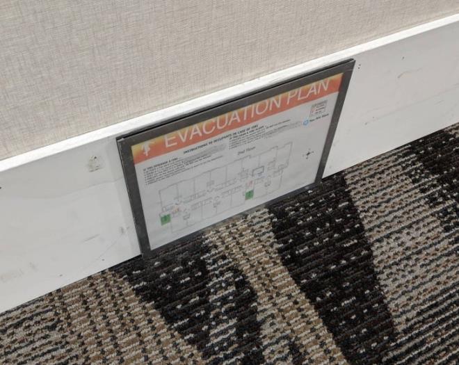 Đọc bảng vị trí thoát hiểm trong khách sạn