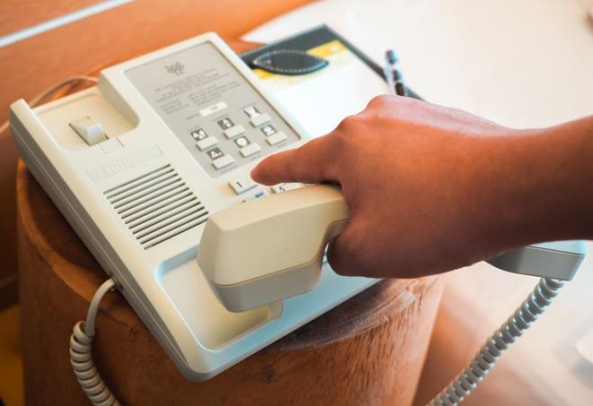 Kiểm tra đường dây điện thoại trong khách sạn hoạt động