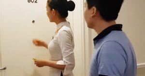 Nhân viên khách sạn hay gõ cửa trước khi cho khách vào phòng