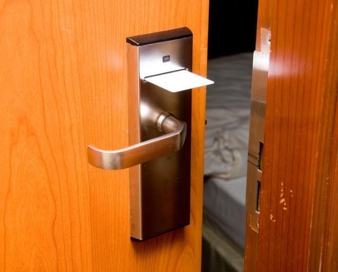 Kiểm tra khóa phòng khách sạn