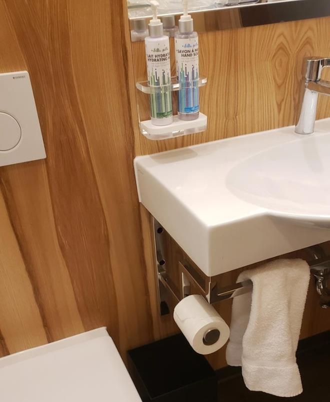 Kiểm tra xem phòng tắm có tất cả các nhu yếu phẩm không